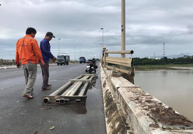 Tai nạn giao thông liên hoàn trên cầu khiến xe khách suýt rơi xuống sông-2