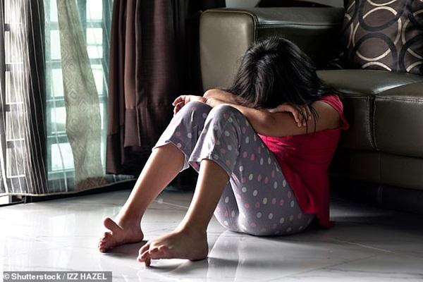 Thường ngủ cùng con trai nhỏ trong phòng riêng, người vợ không ngờ chồng mình âm thầm thực hiện hành vi bệnh hoạn sau lưng cô suốt hơn 20 năm-1