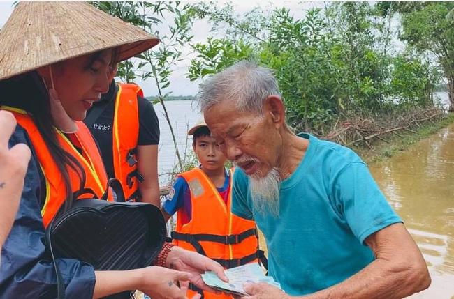 """Bị so sánh với Thủy Tiên, Trang Trần đáp trả: Đây làm từ thiện hàng tuần chứ không đợi lũ mới làm""""-1"""