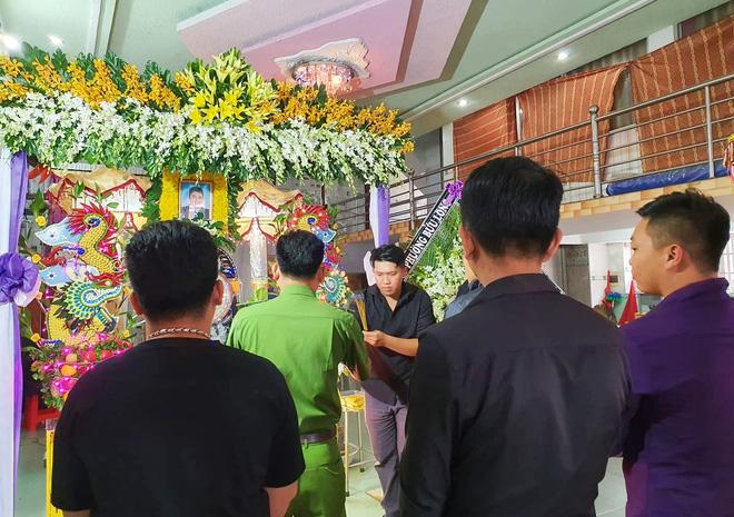 Tang lễ đẫm nước mắt của hiệp sĩ tử vong lúc truy đuổi tội phạm ở Biên Hòa: Vợ mang song thai thẫn thờ bên linh cữu chồng-10