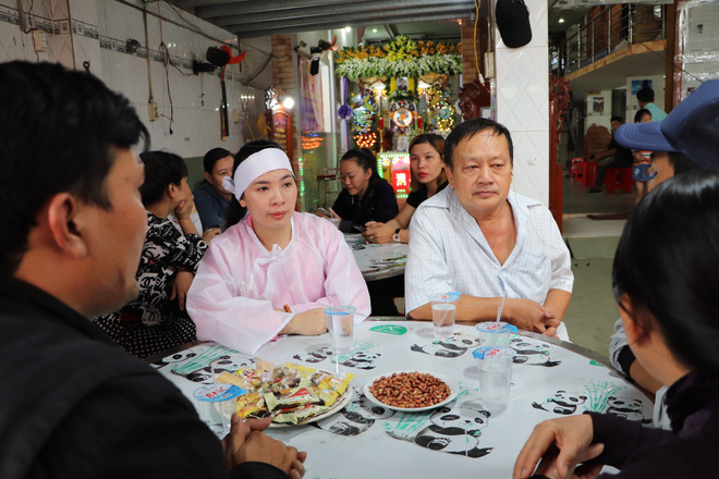 Tang lễ đẫm nước mắt của hiệp sĩ tử vong lúc truy đuổi tội phạm ở Biên Hòa: Vợ mang song thai thẫn thờ bên linh cữu chồng-12