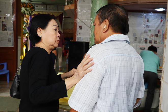 Tang lễ đẫm nước mắt của hiệp sĩ tử vong lúc truy đuổi tội phạm ở Biên Hòa: Vợ mang song thai thẫn thờ bên linh cữu chồng-13