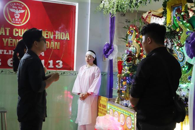 Tang lễ đẫm nước mắt của hiệp sĩ tử vong lúc truy đuổi tội phạm ở Biên Hòa: Vợ mang song thai thẫn thờ bên linh cữu chồng-17