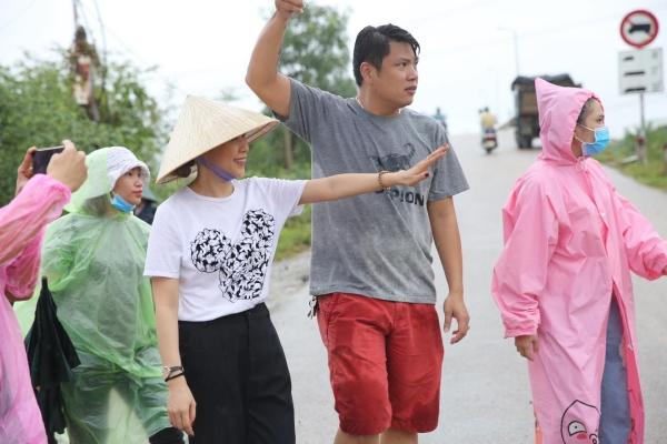 Không ồn ào phô trương, Mỹ Tâm lặng lẽ ra Quảng Nam để phân phát lương thực cho bà con vùng lũ-10