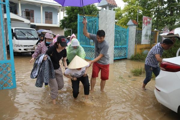 Không ồn ào phô trương, Mỹ Tâm lặng lẽ ra Quảng Nam để phân phát lương thực cho bà con vùng lũ-2