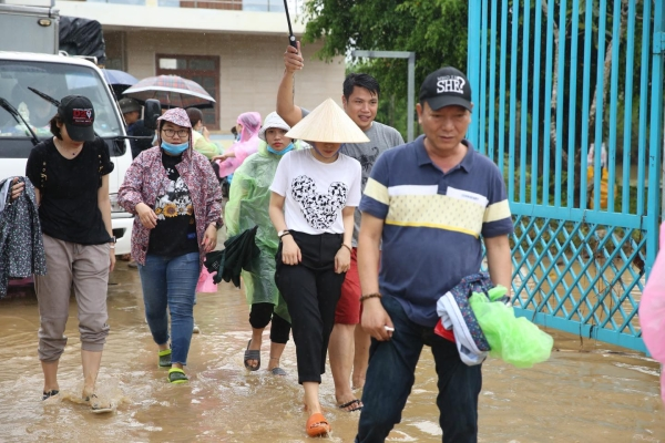 Không ồn ào phô trương, Mỹ Tâm lặng lẽ ra Quảng Nam để phân phát lương thực cho bà con vùng lũ-3