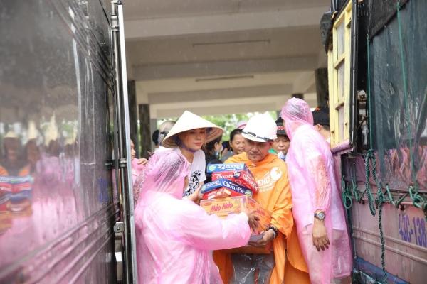 Không ồn ào phô trương, Mỹ Tâm lặng lẽ ra Quảng Nam để phân phát lương thực cho bà con vùng lũ-5