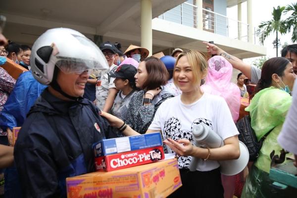 Không ồn ào phô trương, Mỹ Tâm lặng lẽ ra Quảng Nam để phân phát lương thực cho bà con vùng lũ-6