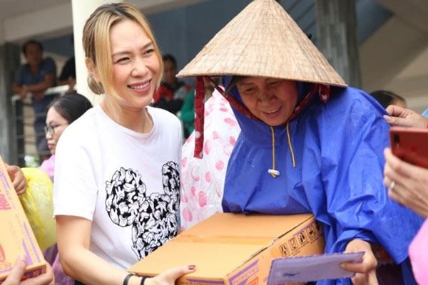 Mỹ Tâm lặng lẽ ra Quảng Nam để phân phát lương thực cho bà con vùng lũ
