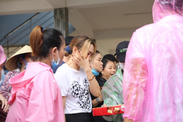 Không ồn ào phô trương, Mỹ Tâm lặng lẽ ra Quảng Nam để phân phát lương thực cho bà con vùng lũ-11