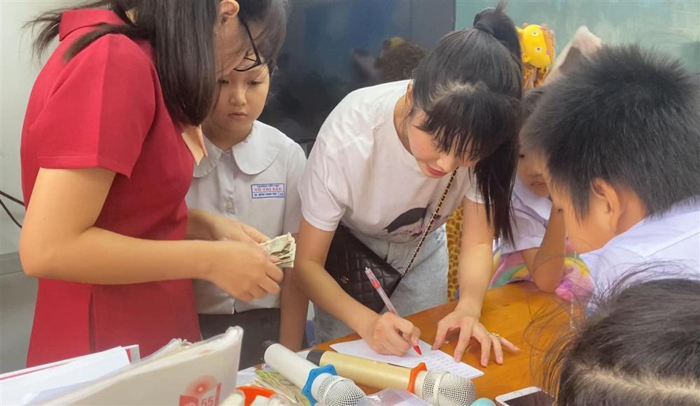 Cậu bé tiểu học gây choáng khi quyên góp được 102 triệu cứu trợ miền Trung, thân thế không vừa-4