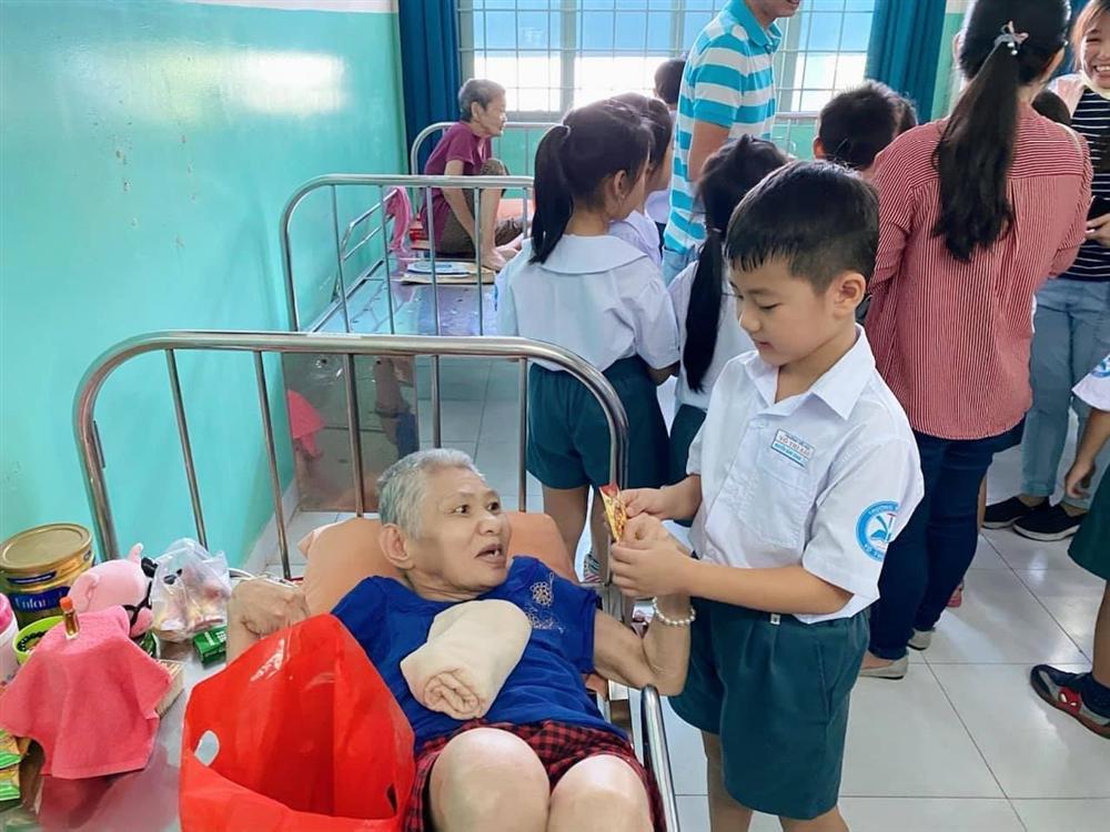 Cậu bé tiểu học gây choáng khi quyên góp được 102 triệu cứu trợ miền Trung, thân thế không vừa-11