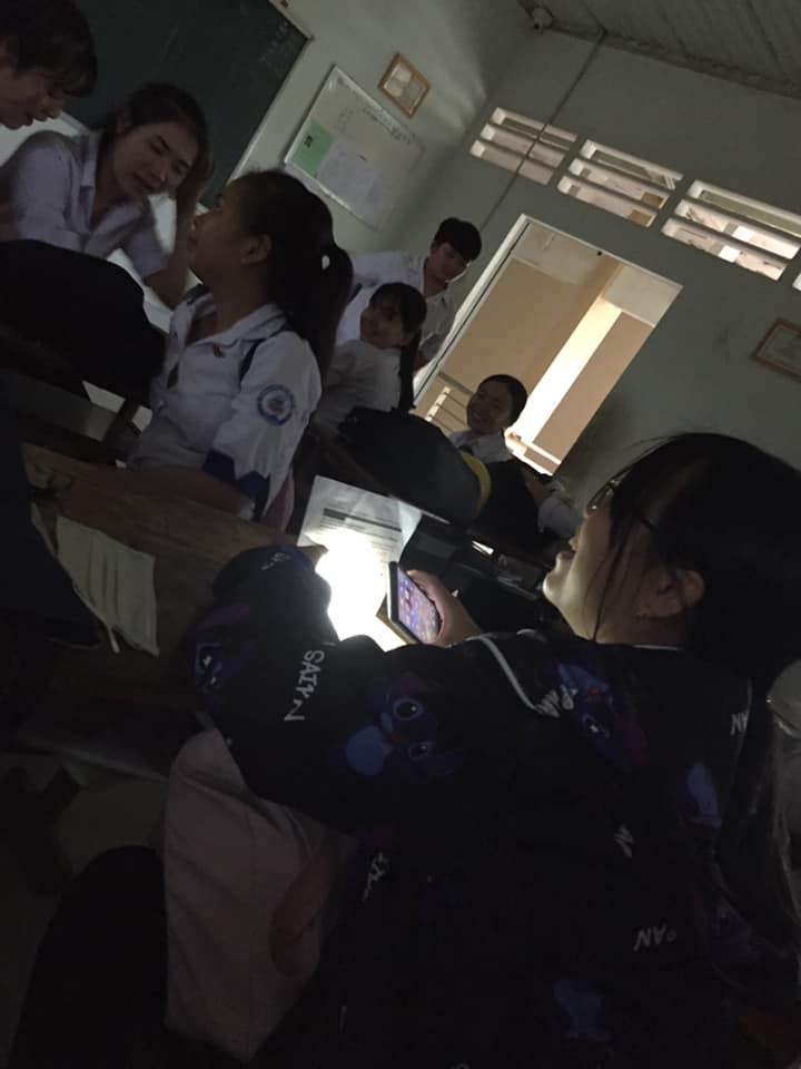 Team học giỏi làm gì khi lớp đột nhiên mất điện: Tận dụng đèn từ điện thoại để... làm nốt bài tập chứ sao-2