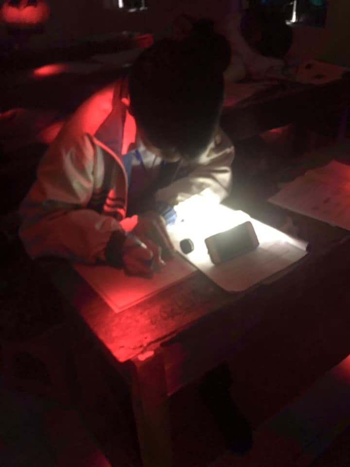 Team học giỏi làm gì khi lớp đột nhiên mất điện: Tận dụng đèn từ điện thoại để... làm nốt bài tập chứ sao-3