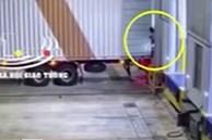 Video: Đứng ra hiệu cho xe container lùi, người đàn ông bị kẹp chặt vào tường tử vong