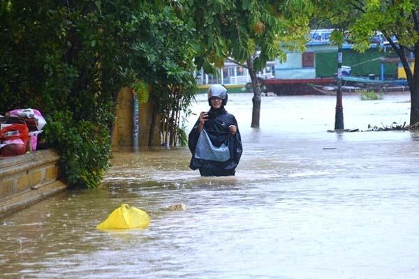 Thời tiết ngày 17/10: Miền Trung mưa xối xả và còn kéo dài