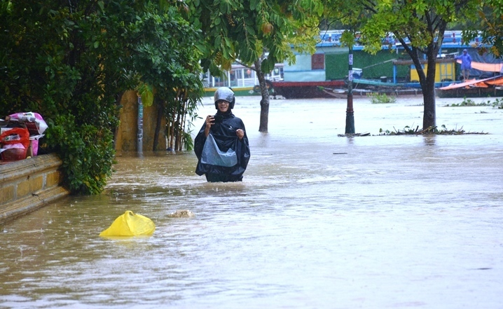 Dự báo thời tiết 17/10: Miền Trung mưa xối xả và còn kéo dài-1