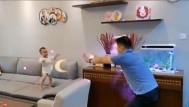 Đang chơi, bố bất ngờ tung chưởng và phản ứng của cậu con trai khiến ai cũng cười ngặt nghẽo-3