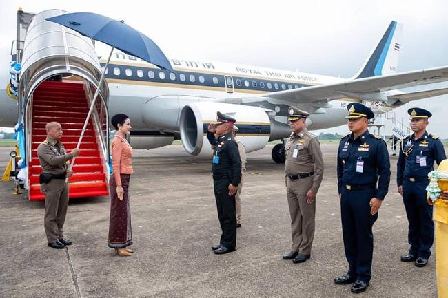 Hoàng quý phi Thái Lan lần đầu thực hiện nhiệm vụ hoàng gia một mình sau khi phục vị, gây ấn tượng mạnh nhưng lộ chi tiết gây khó hiểu-1
