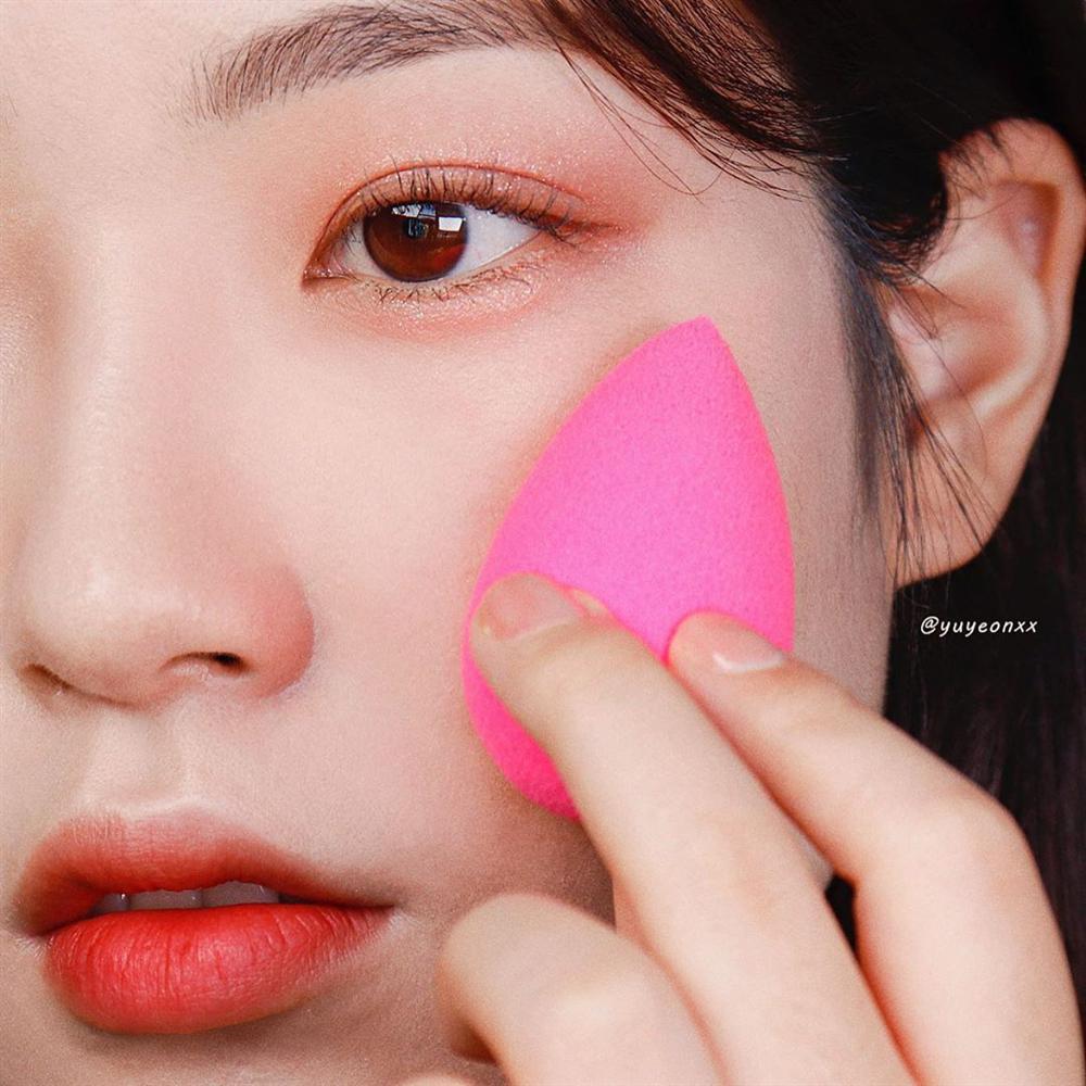 Để da không bị sần mốc khi makeup mùa lạnh, chị em nên học 5 chiêu của gái Hàn-4