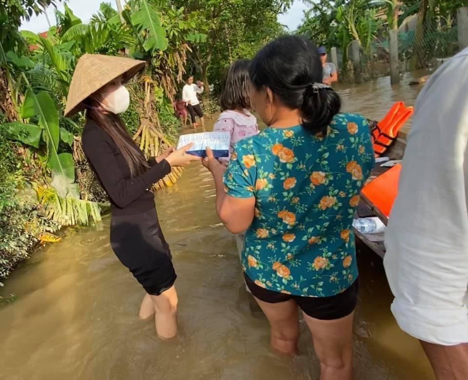 Thuỷ Tiên mang 40 tỷ cứu trợ miền Trung, con gái lại có hành động này với người ăn xin-1