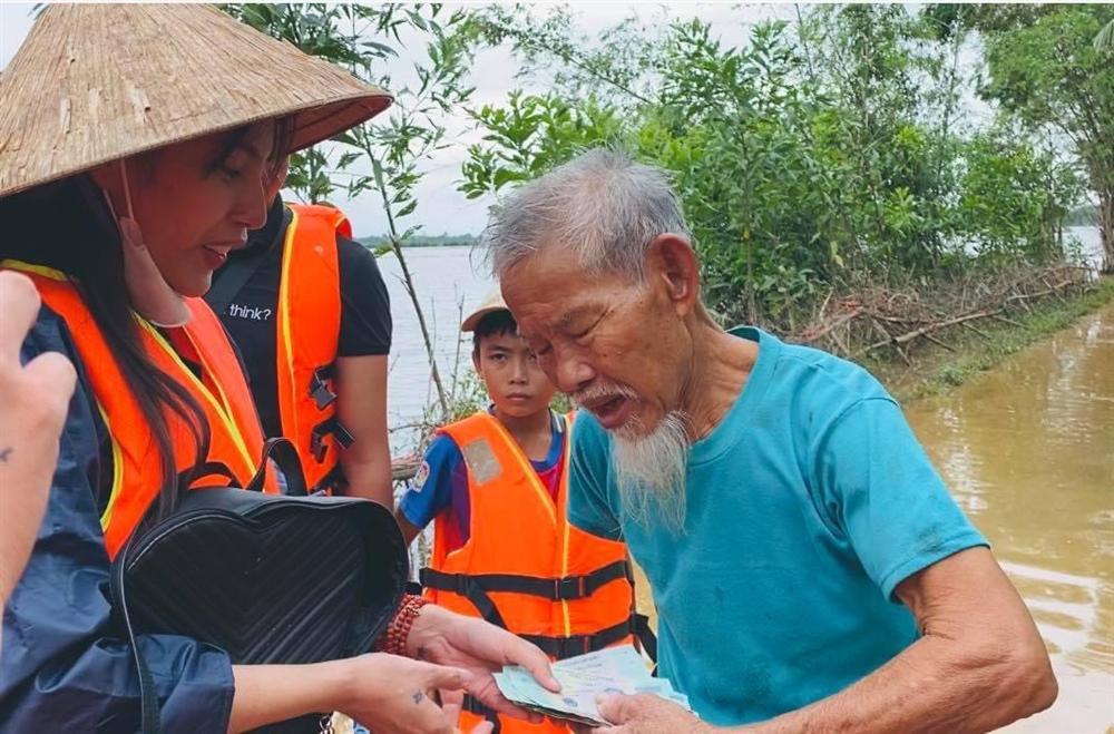 Thuỷ Tiên mang 40 tỷ cứu trợ miền Trung, con gái lại có hành động này với người ăn xin-2