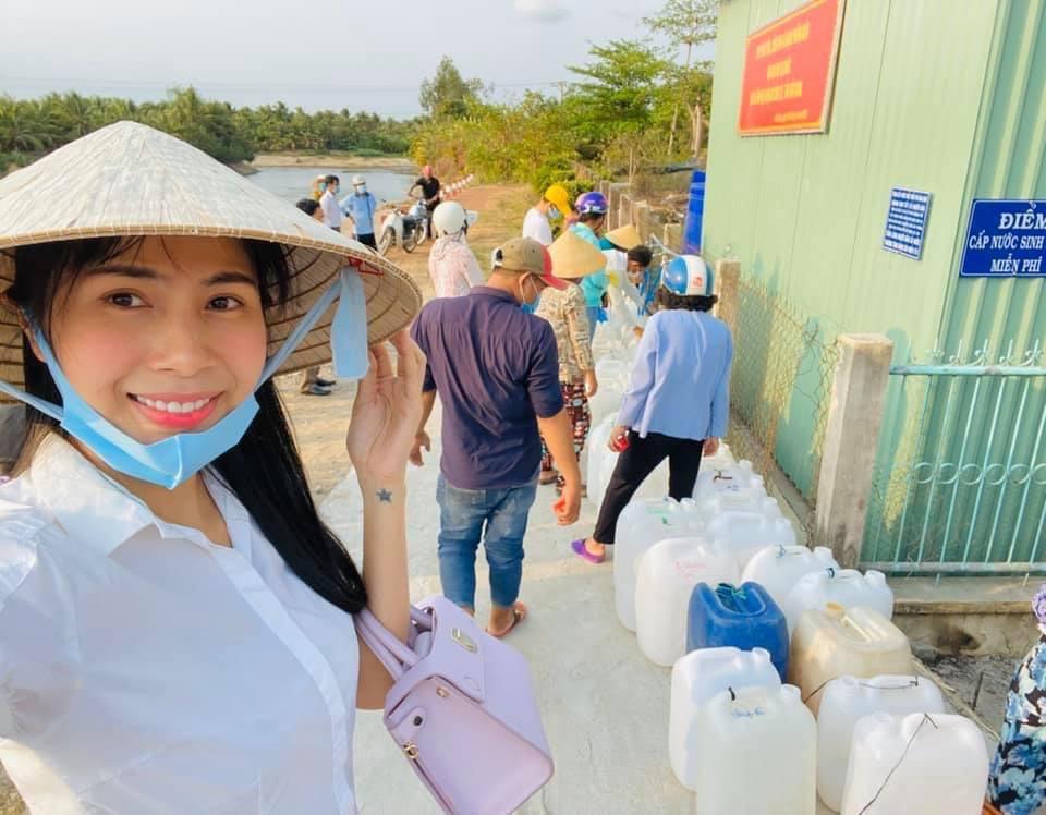 Thuỷ Tiên mang 40 tỷ cứu trợ miền Trung, con gái lại có hành động này với người ăn xin-3