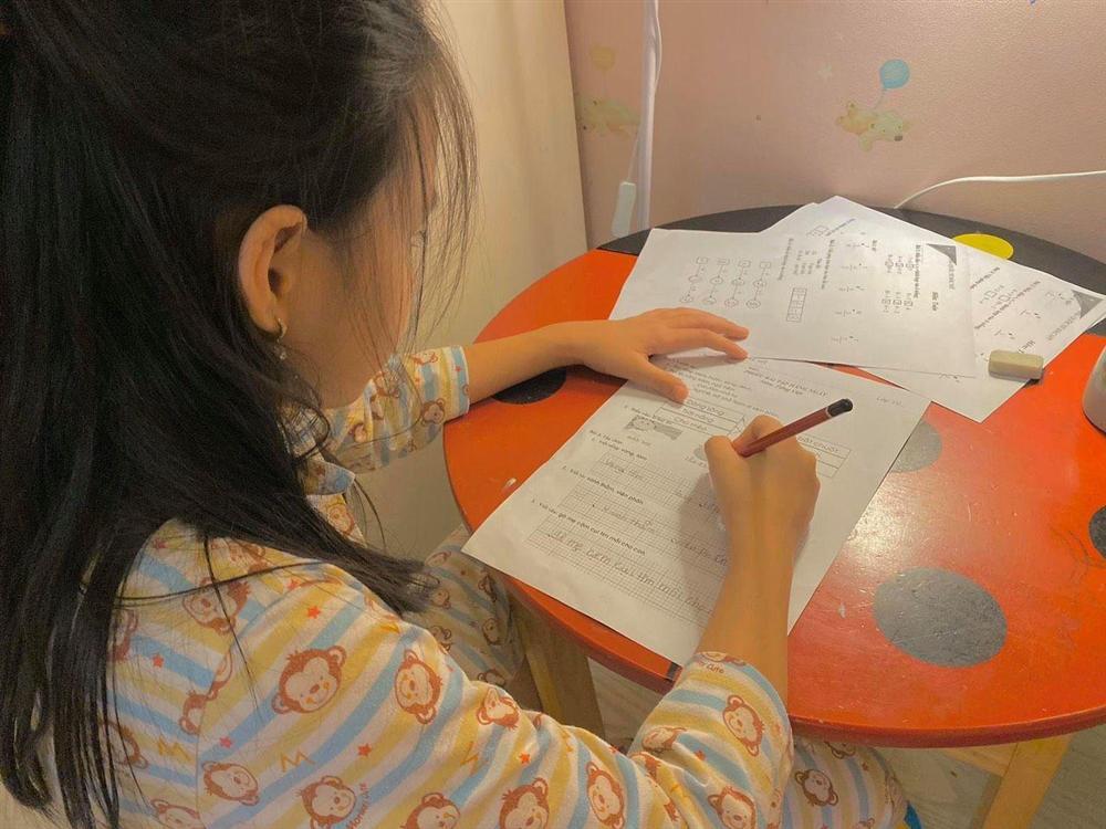 Thuỷ Tiên mang 40 tỷ cứu trợ miền Trung, con gái lại có hành động này với người ăn xin-6