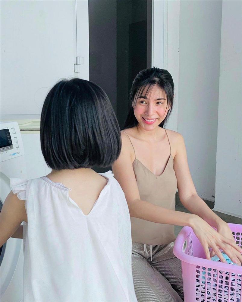 Thuỷ Tiên mang 40 tỷ cứu trợ miền Trung, con gái lại có hành động này với người ăn xin-7