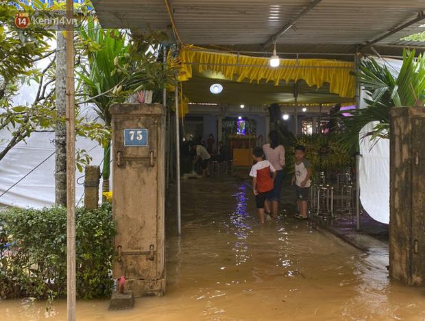 Nước lũ dâng lên tràn vào nhà khi gia đình đang chuẩn bị tang lễ cho Chủ tịch huyện hy sinh tại Rào Trăng-2