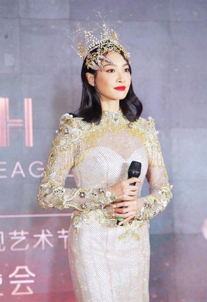Không chỉ Nữ thần Kim Ưng, nhiều sao Việt cũng bị lộ dáng béo tròn bụng mỡ vì thiết kế váy đuôi cá-1