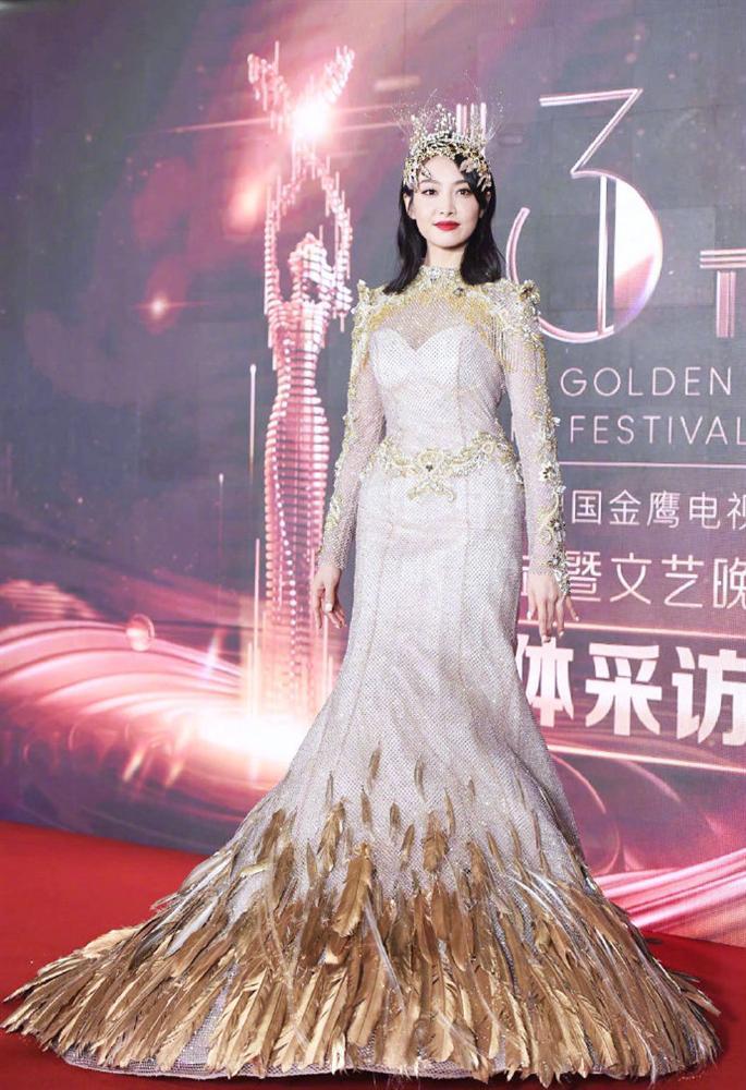 Không chỉ Nữ thần Kim Ưng, nhiều sao Việt cũng bị lộ dáng béo tròn bụng mỡ vì thiết kế váy đuôi cá-2