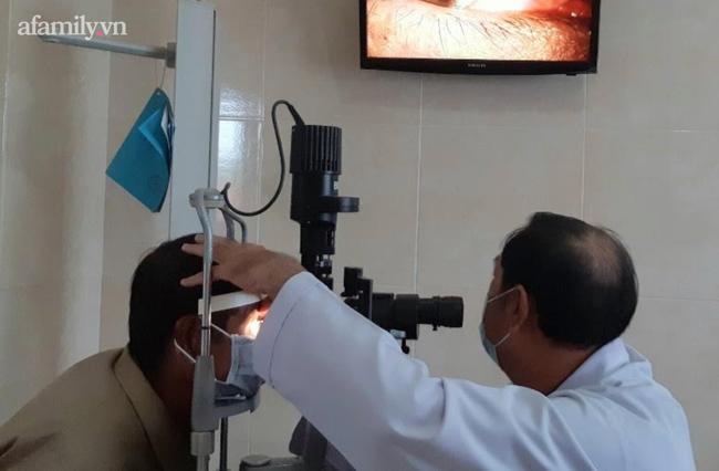 Cấp cứu người đàn ông suýt mù lòa vì bị keo dán sắt bắn thẳng vào mắt rồi đông lại-2