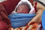 Bé trai 1 tháng tuổi bị bỏ rơi trước nhà vợ chồng hiếm muộn lúc rạng sáng-2