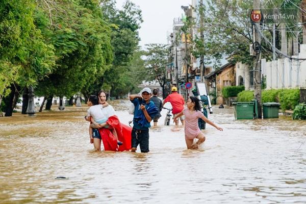 """Mất điện, nước lũ gây ngập nặng, người dân Huế kiệt sức: Chưa có năm nào khắc nghiệt như năm nay""""-10"""