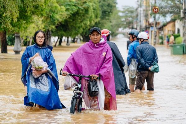 """Mất điện, nước lũ gây ngập nặng, người dân Huế kiệt sức: Chưa có năm nào khắc nghiệt như năm nay""""-11"""
