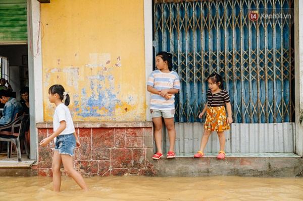 """Mất điện, nước lũ gây ngập nặng, người dân Huế kiệt sức: Chưa có năm nào khắc nghiệt như năm nay""""-12"""