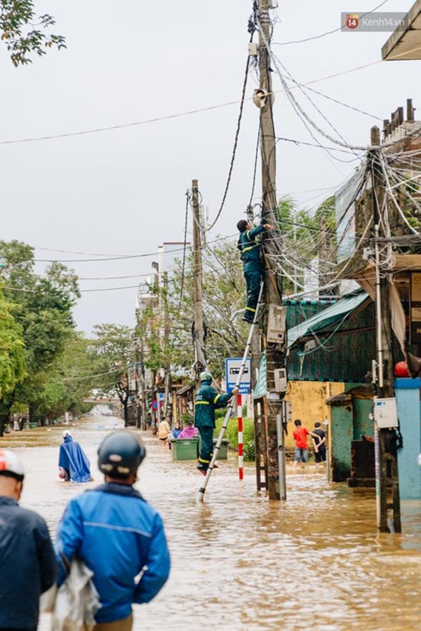 """Mất điện, nước lũ gây ngập nặng, người dân Huế kiệt sức: Chưa có năm nào khắc nghiệt như năm nay""""-18"""