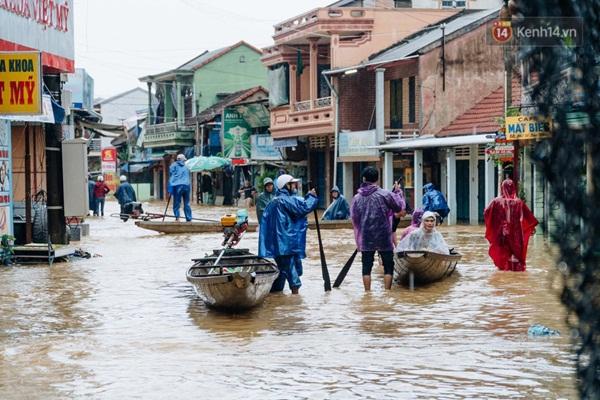 """Mất điện, nước lũ gây ngập nặng, người dân Huế kiệt sức: Chưa có năm nào khắc nghiệt như năm nay""""-19"""
