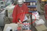 Người phụ nữ lấy trộm thùng sữa rồi giấu vào áo mưa
