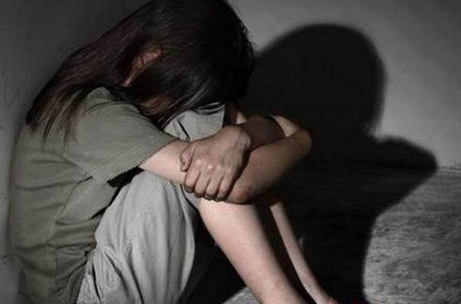 Nhiều lần cưỡng hiếp con gái và cháu gái vị thành niên, gã đàn ông được bà của nạn nhân bảo vệ hết mực với lý do đầy phẫn nộ-1