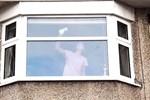 Hình ảnh người phụ nữ lau dọn nhà cửa không thể bình thường hơn nhưng lại ẩn giấu chi tiết khiến người ta phải báo cảnh sát ngay lập tức