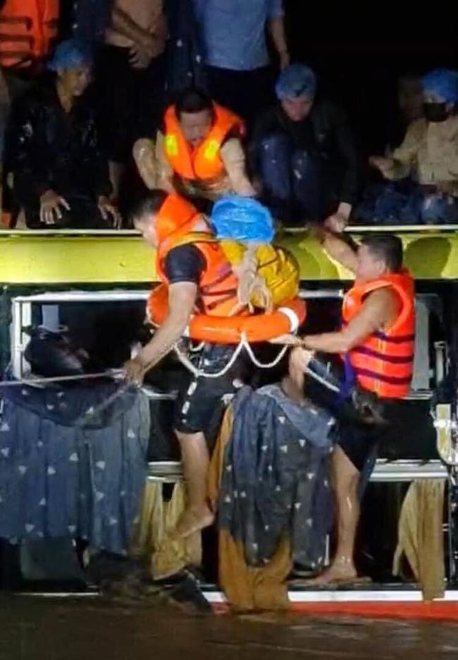 Quảng Bình: Xe khách bị lũ cuốn trôi, hàng chục người phá kính trèo lên nóc xe kêu cứu-1