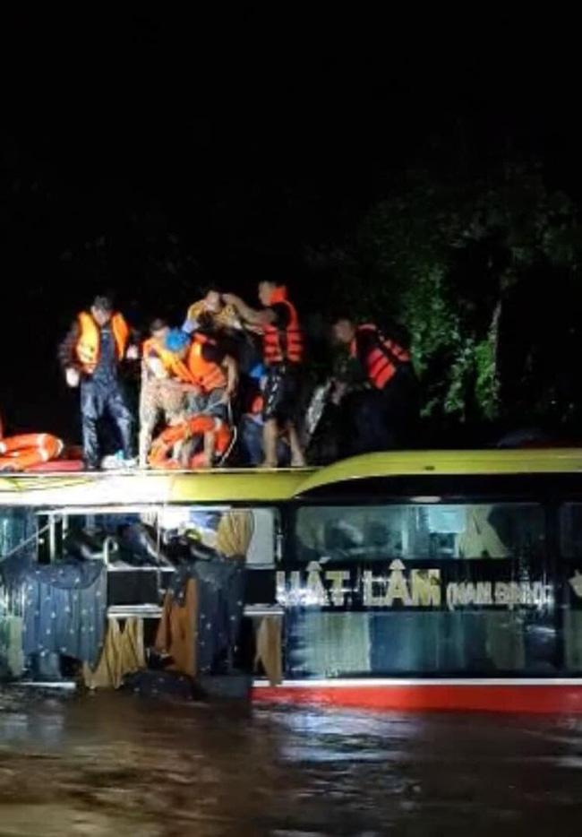 Quảng Bình: Xe khách bị lũ cuốn trôi, hàng chục người phá kính trèo lên nóc xe kêu cứu-2