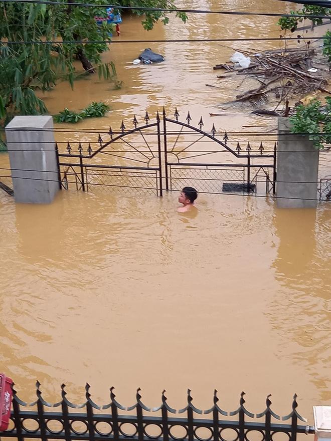 Quảng Bình: Nước lũ dâng cao, nhấn chìm nhà cửa, người dân kêu cứu giữa biển nước mênh mông-6