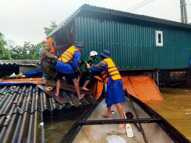 Quảng Bình: Nước lũ dâng cao, nhấn chìm nhà cửa, người dân kêu cứu giữa biển nước mênh mông-17