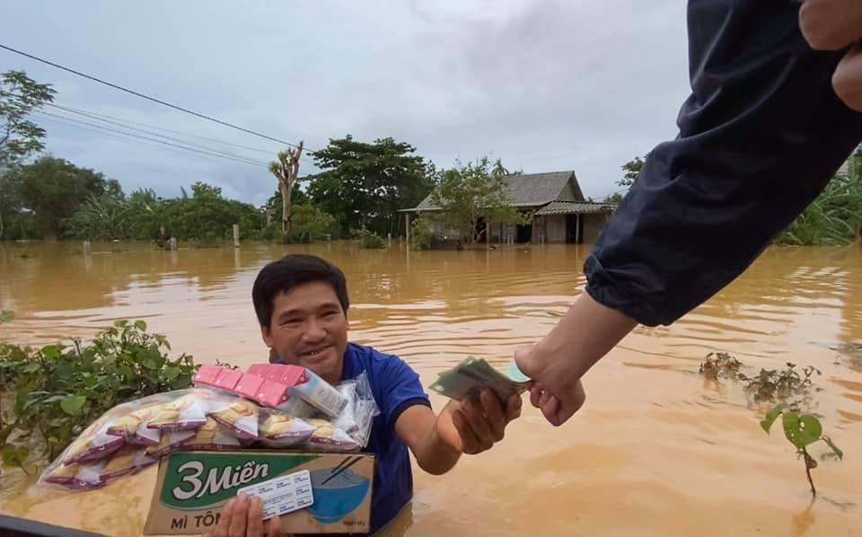 Sau 6 ngày phát động quyên góp, Thủy Tiên đã nhận được hơn 60 tỷ, tiếp tục đi tới Quảng Bình viện trợ từ sáng sớm-5