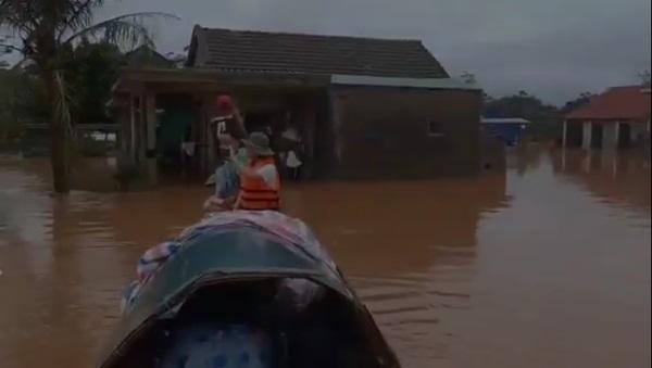 Tranh cãi hành động ném quà cứu trợ xuống nước của nhóm người từ thiện: Của cho không bằng cách cho-1