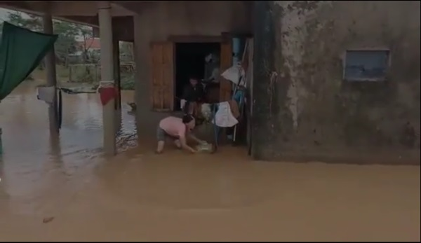 Tranh cãi hành động ném quà cứu trợ xuống nước của nhóm người từ thiện: Của cho không bằng cách cho-3