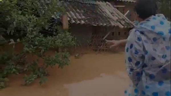 Tranh cãi hành động ném quà cứu trợ xuống nước của nhóm người từ thiện: Của cho không bằng cách cho-4